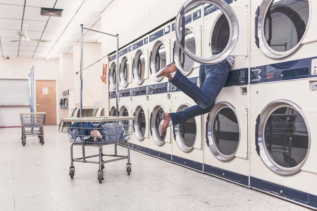 Cómo quitar las manchas de ropa teñida