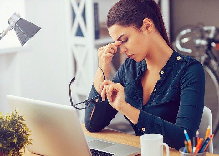 Mujer estresada en su empleo