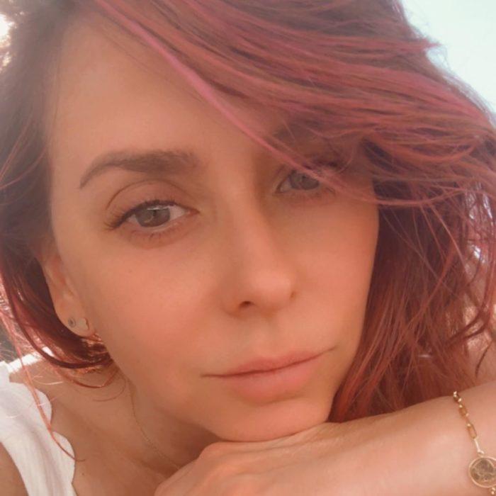 Jenifer Love Hewitt mostrando su cabello teñido de color rosa
